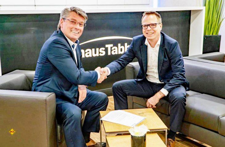 Gerd Adamietzki, Geschäftsführer Vertrieb der Knaus Tabbert GmbH und Dennis Affeld, Leiter Vertrieb Van der MAN Truck & Bus GmbH besiegelten die künftige Zusammenarbeit (von links). (Foto: Knaus Tabbert)