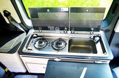 Der kompakte Küchenblock betet Zweiflammkocher und Waschbecken. (Foto: det)