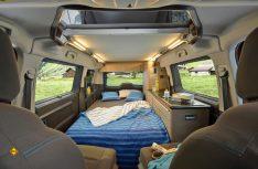 Aus der Klappsitzbank wird ein komfortables Doppelbett. (Foto: Werk)