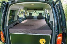 Das aufgeklappte Bett aus der Ququq-Campingbox im VW Caddy. (Foto: VWN)