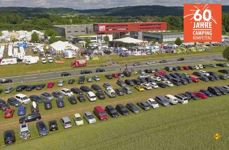 Zum 60jährigen Bestehen der Firma hat sich Fritz Berger etwas Besonderes einfallen lassen. Der Firmenhauptsitz in Neumarkt in der Oberpfalz wurde in einen richtigen Messe-Campingplatz mit Infoständen von über 40 Top- Lieferanten aus der gesamten Campingzubehör-Branche verwandelt. (Foto: F. Berger)