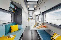"""Die Ausstattung Coco Lounge gibt es in der aus verschiedenen Blautönen bestehenden Wohnwelt """"Waterfall"""" . (Foto: Werk)"""
