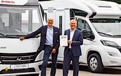 Die beiden Dethleffs Geschäftsführer Alexander Leopold (links) und Günther Wank freuen sich über die erneute Auszeichnung der Reisemobilstudie e.home. (Foto: Dethleffs)