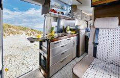 Die Küche im Hobby Vantana mit dem innovativen Staukasten-Kühlschrank. (Foto: Hobby)