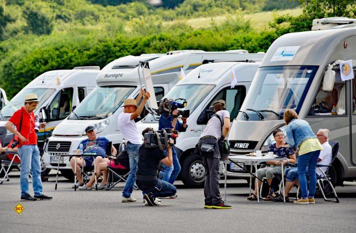 Das Fernseh-Team vom SWR bei den Dreharbeiten mit der Konvoi-Crew am Stellplatz. (Foto: det)