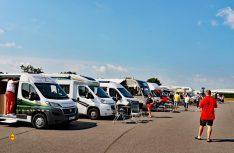 Über fünfzehn Reisemobile-Eigner haben sich spontan für den TV-Dreh zur Verfügung gestellt. (Foto: det)