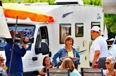 SWR-Moderatorin Annette Krause interviewt Dieter Goldschmitt vom Womo-Konvoi. (Foto. det)