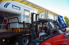 Freude bei Tischer Freizeitfahrzeuge: 4.700 Kabinen aus eigener Fertigung in Kreuzwertheim wurden ausgeliefert. Die Jubiläums-Kabine geht nach Island. (Foto: Werk)
