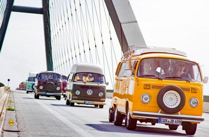 Schon die Anreise der Bullis über die Fehmarnsundbrücke ist ein Erlebnis für die Zuschauer. (Foto: VWN/Phil_Schreyer)