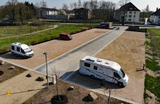 Die Stadtwerke Eutin haben am Großen Eutiner See einen naturnahen Reisemobil-Stellplatz für 24 Mobile eingerichtet. (Foto: Stadtwerke Eutin)