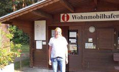 Doris Wustmans betreut den Reisemobilhafen den Heyberg und hilft bei allen Fragen weiter. (Foto: tom/DCI)