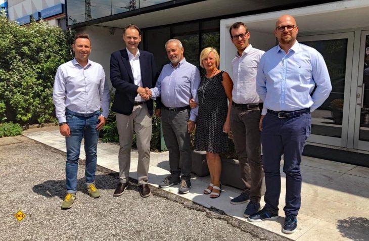 DexKo Global Inc. hat eine Vereinbarung zur Übernahme des Unternehmens CBE s.r.l unterzeichnet. Damit soll das Kerngeschäft der Al-Ko Fahrzeugtechnik um den Bereich Systemlösungen für Elektronik erweitert werden. Unser Foto zeigt von links: Dorian Sosi, Gerd Stoll (Geschäftsführer Al-Ko Kober GmbH/Srl), Bruno Conci, Laura Betta Conci, Roberto Conci und Paolo Moiola. (Foto: Al-Ko)