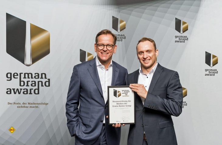Die Erwin Hymer Group ist Gewinner des German Brand Award 2018: Stefan von Terzi (li.), Leiter Erwin Hymer Group Marketing & Communications und Andreas Ortlieb (re.), Erwin Hymer Group Marketing Operations nehmen den Preis entgegen. (Foto: Lutz Sternstein/GBA)