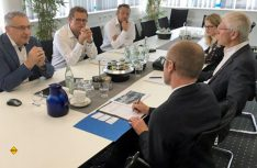 MdL Bernhard Roos (SPD) (r. Mitte) unterstützt die Einführung eines neuen Ausbildungsberufs. (Foto: Knaus Tabbert)