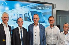 MdL Bernhard Roos (SPD) (links) und die Initiatoren von Knaus Tabbert wollen dem Fachkräftemangel mit einem neuen Ausbildungberuf Caravan-Techniker mit der Initiative Fachkraft entgegenwirken. (Foto: Knaus)