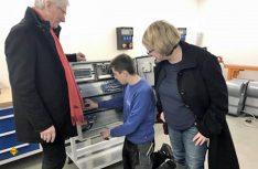 MdL Bernhard Roos (SPD) und die Kreisvorsitzende der SPD Freyung-Grafenau, Bettina Blöhm, sagten ihre Unterstützung bei der Einführung des neuen Ausbildungsberufs zu. Hier schauen sie Azubi Lukas Krinninger über die Schulter. (Foto: Knaus Tabbert)