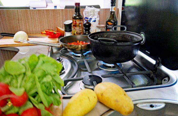 Einfach, schnell und lecker Kochen im Womo oder Caravan? Das ist auch auf drei Flammen keine Hexerei. (Foto: det/D.C.I.)