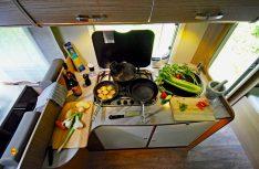 Vorbereitung und Kochen auf begrenztem Platz erfordert Organisation und Planung. Hier klappts prima in einem Sunlight 69 I. (Foto: det)