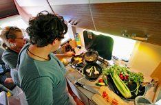 Schnelle Küche, einfach: Team-Work am Herd macht Spass und geht schell. (Foto: det)
