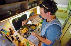Ran an den Speck: Keine Scheu, selbst mehrgängige Menüs kann man einfach und schnell in der Womo-Küche realisieren. (Foto: det)