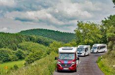 Mit den Reisemobilen auf engen und kurvenreichen Straßen durch die malerischen Ardennen auf dem Weg nach Luxemburg. (Foto: Messe Düsseldorf)