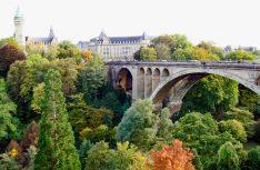 Die Pont Adolphe-Brücke überspannt das Petruss-Tal in Luxembourg und verbindet die Altstadt mit dem Bahnhofsviertel. (Foto: visitluxembourg)