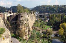 Blick vom Bockfelsen auf die alte Stadtmauer und das grüne Flusstal im Herzen des Großherzogtums. (Foto: visitluxembourg)