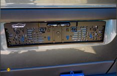 Einfache Montage: Nur der Nummernschildhalter muss ausgetauscht werden. Die integrierte Kamera läßt sich einstellen. (Foto: det/D.C.I.)