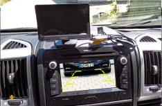 Zwei Möglichkeiten des Empfangs: Entweder mit dem beiliegenden Monitor, oder über den zweiten Empfänger direkt auf das Autoradio. (Foto: det/D.C.I.)