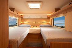 Im Schlafzimmer gewährleisten die Betten mit Holzlattenrost und ergonomischen Matratzen einen erholsamen Schlaf. In den Einzelbetten des Kosmo 509 schlafen auch große Personen gut. (Foto: Werk)