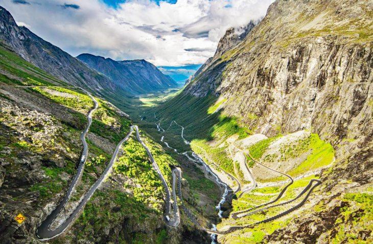 Mit dem Mietmobil entdecken: Trollstigen ist ein spannendes Naturschauspiel. An der steilen Gebirgswand schlängelt sich die Straße über elf Kurven zum Punkt Stigrøra hinauf. (Foto: VisitNorway)