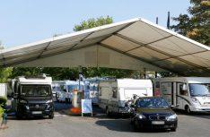 Das Caravan Center auf dem P1 der Messe Düsseldorf lst beliebter Womo-Treffpunkt zum Caravan Salon. Am ersten Wochenende kann es wegen zeitgleicher Veranstaltungen zu Verkehrsstaus und überfüllten Stellplätzen kommen. (Foto: Messe Düsseldorf)