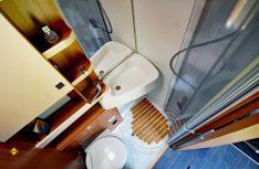 Der Sanitärraum im Eura Activa One 570 HS mit Drehwaschbecken, WC und integrierter Dusche. (Foto: det)