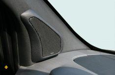DAs Sound-Paket von Jehnert umfasst speziell entwickelte Mittel-Hochtonmodule für die A-Säulen des Mercedes-Benz Sprinter. (Foto: Jehnert)