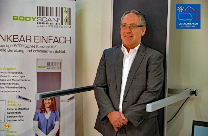 G+S-Chef Gernot Schank im Scanner: Mit dem Body-Scanner ermitteln die Profis von G+S, Die Polstermacher, passgenau den richtigen Typ von Matratze und Bettkonstellation. (Foto: det)