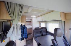 : Der Sunlight I 69 L bietet eine größzügige Sitzgruppe mit viel Bewegungsfreiheit an. Das Hubbett schränkt die Stehhöhe kaum ein. (Foto: det)