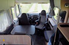 Die Sitzgruppe betshet aus den Fahrersitzen, der Winkel-Halbdinette, der Seitenbank und einem großen Tisch.