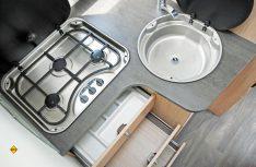 Die Küche bietet in Ober- und Unterschrank viel Stauraum für Lebensmittel. (Foto: det)