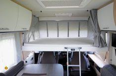 Das manuelle Hubbett bietet zwei weitere bequeme Schlafplätze im Bug an. (Foto: det)