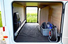 Die geräumige Heckgarage hat zwei Außenklappen und einen stabilen Boden. (Foto: det)