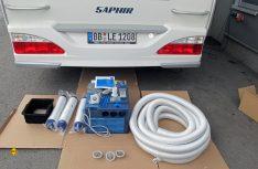 Der komplette Einbausatz der Truma Saphir Compact mit Klimagerät, Schläuchen, Schalldämpfern und Kleinteilen liegt fertig zum Einbau bereit. (Foto: has)