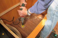 Mit dem passenden Kronenbohrer wird der runde Kondensatablauf in die Bodenplatte eingebracht. (Foto: has)Mit dem passenden Kronenbohrer und einer möglichst handlichen Stichsäge werden die Versorgungsluftaustritte und der runde Kondensatablauf in die Bodenplatte eingebracht. (Foto: has)