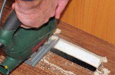 Mit einer möglichst handlichen Stichsäge werden die Luftaustritte für die Frischluft angebracht. (Foto: has)
