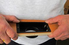 Die Blende über der Tür des Kleiderschranks am Etagenbett bekommt einen Rechteckausschnitt für das Luftgitter verpasst. Dieser wird mit der Stichsäge ausgeschnitten und das Gitter-Unterteil verschraubt. Der runde Anschlussstutzen an der Rückseite nimmt anschließend das Lüfterrohr auf. (Foto: has)