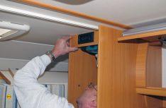 Passt. Der Truma-Servicetechniker befestigt die Blende wieder im Kleiderschrank. (Foto: has)