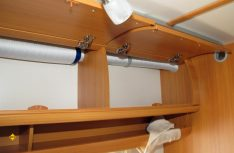Der Hängeschrank mit den montierten Lüfterrohren. Sie nehmen relativ wenig Stauraum weg. Im mittleren Schrank sieht man den Schalldämpfer für die Leitung zum hinteren Kleiderschrank am Etagenbett. An der Kleiderschrank-Seitenwand ist die Lüfterrosette der Leitung für den Mittelteil des Wagens versetzt. (Foto: has)