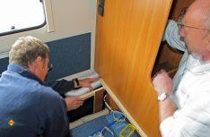 Jetzt werden die Lüfterrohre vom Kleiderschrank aus in den Sitzstaukasten verlegt und mit dem Gerät verbunden. (Foto: has)