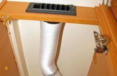 Im Oberteil des kleinen Kleiderschranks kommt das Lüfterrohr von den Hängeschränken und ist mit der Rechteckdüse über der Tür verbunden. (Foto: has)