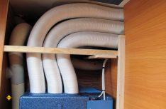 Im Sitzkasten sind die Rohre fertig verlegt. Sie führen vom Klimagerät in den Kleiderschrank. (Foto: has)