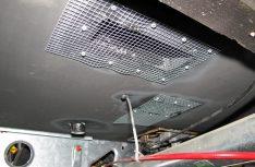 Unter der Bodenplatte werden die Luftausschnitte mit feinen Drahtgeweben gegen Kleingetier geschützt. Hinten links läuft das Kondenswasser aus dem Klimagerät ab. (Foto: has)